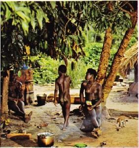 Surinam ormanlarında yaşayan zencilerin günlük yaşamından bir görünüş.