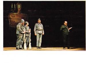 Aslan Asker Şvayk'ın tiyatro oyunundan bir sahne.