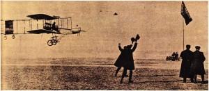 Henri Farman'ın 13 Ocak 1908'de gerçekleştirdiği uçuştan bir görünüş