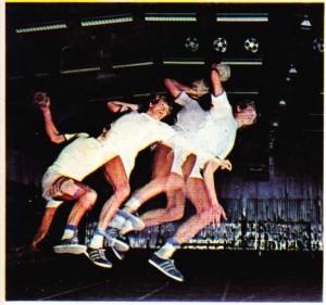 Bir hentbolcunun atış hareketinin geçirdiği evrimi gösteren bir fotoğraf