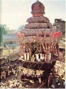 Hindistan'ın madurai'de parvati ve Sıva'nın arabasıyla yapılan dini tören alayı