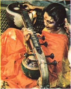 Vina çalan bir Hintli kadın