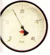 Sıcak su toplayıcılarının (kolektör) başlangıç basıncının denetlenmesini sağlayan manometre.
