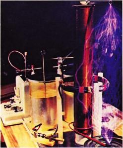 Yüksek frekanslı ve çok yüksek gerilimli bir akımın elde edilmesi için bir kondansatörün salınımlı boşalımlarının kullanımı (1893'te Nikola Tesla'nın gerçekleştirdiği deneme).