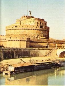 Tiber'in kıyısında Sant Angelo şatosu.