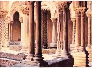 Monreale Manastırı 'nın avlusu (Sicilya).