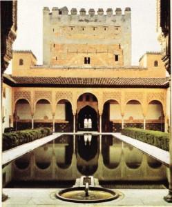 Granada'da Elhamra Sarayı'ndaki Mersin Ağaçları Bahçesi'nden bir görünüş