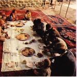 İran çadırda yemek yiyen göçebeler, Halı yıkayan işçiler