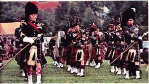Geleneksel kıyafet içinde İskoçyalılar