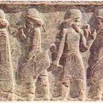 İ.Ö. VI. yy. sonlarında kral Dara / tarafından kurulan ve daha sonra Büyük İskender tarafından yakılmış olan Persepolis kentindeki yapıların duvarları alçak kabartmalarla kaplıydı. Resimde, bu kabartmalardan bir kesit görülüyor.