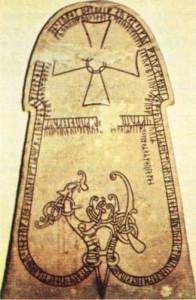 İsveç'te bulunmuş süslü bir Rune taşı.