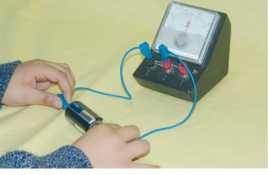 Pilin kutupları arasındaki gerilimin voltmetreyle ölçülmesi.