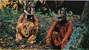 Fildişi Kıyısı'nda kötülükle savaşmaya hazırlanan fetişçiler.