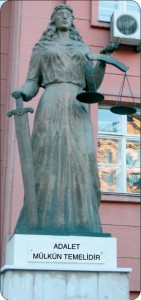 yargıtay binasının önündeki kadın heykeli