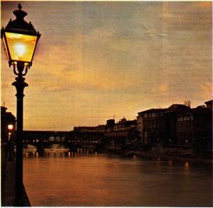 Amo kıyılarında günbatımı: arka planda, Ponte Vecchio üstündeki kuyumcu dükkânlarının ışıklan görülüyor.