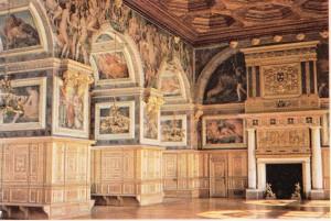 Süslemeleri Rosso ve Primaticcio tarafından gerçekleştirilmiş olan Pontainebleau şatosunun balo salonu.