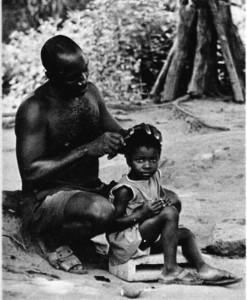 Füdişi Kıyısı insanı toprağına bağlıdır; kakao. kahve, pirinç, yerfıstığı yetiştirir, tunç ve altını işleyen usta bir el sanatçısıdır, aile yaşamına büyük önem