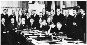 1911 yılında Brüksel'de Solvay Enstitüsü'nde fizikçilerin toplantısı. Soldan sağa, ayaktakiler: Goldschmidt, Planck, Rubens, Sommerfeld, Lindemann, de Broglie, Knudsen, Hasenohrl, Hostelet,Herzen, jeans, Rutherford, Poincare, Einstein. Oturanlar: Nemst, Briüouin, Solvay, Lorentz, Warburg, Wien, Langevin, Marie Curie, Kamerlingh Onnes.