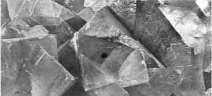 Açık mor renkteki flüorin billurları. Flüorin ya da flüorspat, vazolann üretiminde kullanıldığı gibi metalürjide de ergitici olarak kullanılır.