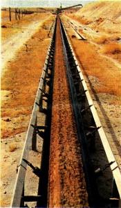 Dünyadaki fosfat üretiminin başta gelen ülkelerinden olan Fas 'taki bir maden yatağından fosfat taşıma hattı.