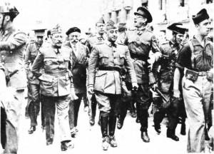 General Franco, 1937 yılında. Burgos caddelerinde general Cavalcanti ve Mola arasında.