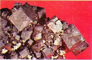 Doğal kurşun sülfürü olan galen (PbSI ile doğal çinko sülfürü olan blendin (ZnS) karışımı.
