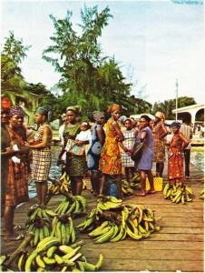Gabon'un limanı Port-Gentil 'de yerli kadınlar ve muzlar.