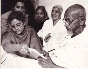 Mahatma Gandhi. 1947  yılında Delhi'deki evinde yandaşlarıyla birlikle.