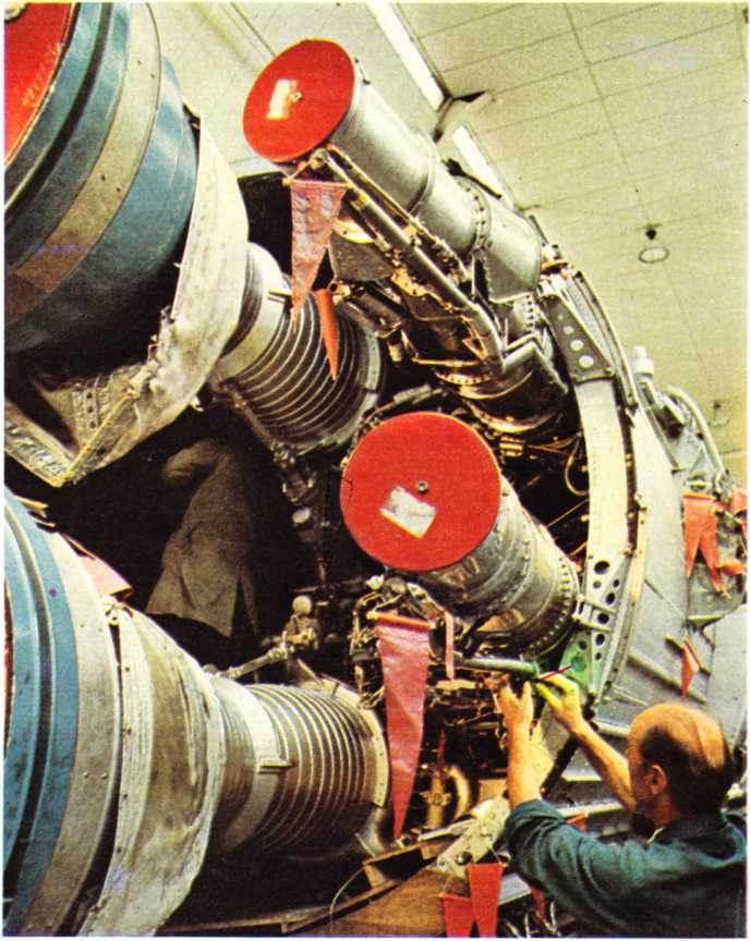 Stevenage'de (İngiltere) Hauuker-Siddley-Dynamics kampında füze parçalarının takılması.