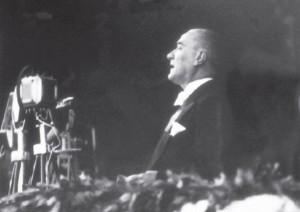 Atatürk konuşma yaparken