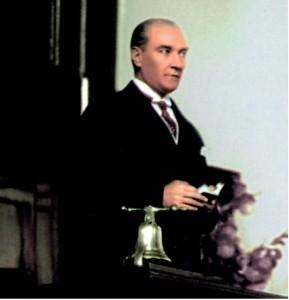 Atatürk meclis kürsüsünde