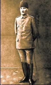 atatürk askeri üniforma ile