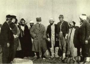 atatürk köylüler ile birlikte