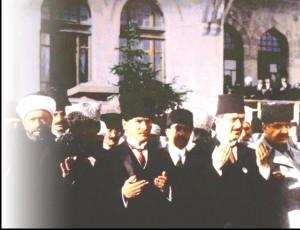 atatürk meclis açılışında dua ediyor