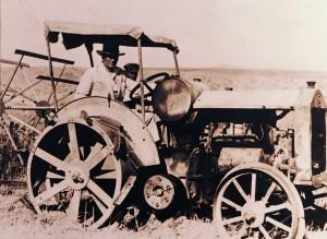 atatürk traktör sürerken