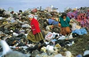 Çöpteki geri dönüştürülebilir atıklar,geçimini bu yolla sağlayan insanlar tarafından depolama alanından toplanarak dönüşüm tesislerine satılır.