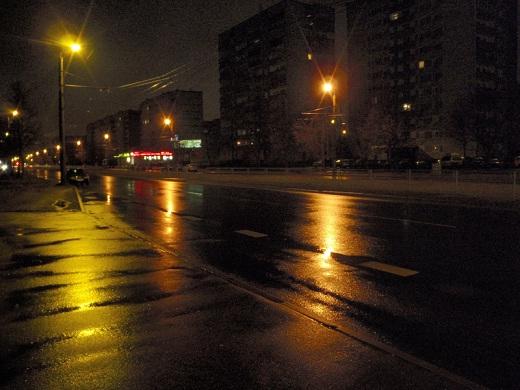 ıslak asfaltın ışık yansıtması